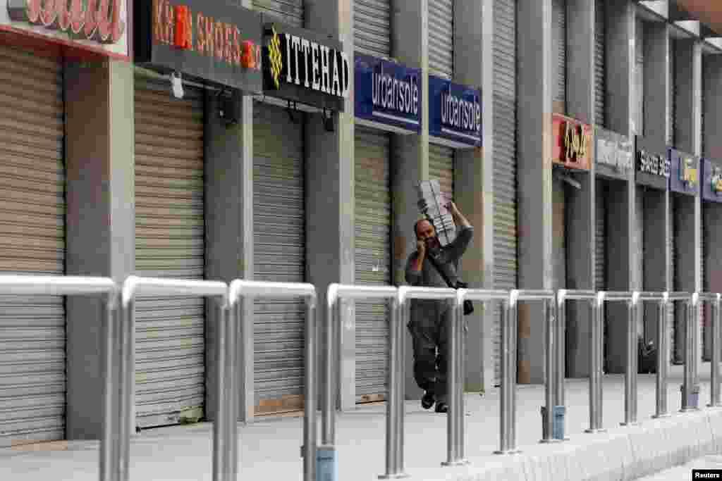 لاک ڈاؤن کے دوران شہر کے تجارتی مراکز کو بند رکھنے کی ہدایت کی گئی ہے۔
