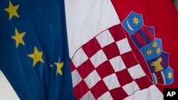 2013年6月30日克罗地亚国旗(右)和欧盟旗帜在首都萨格勒布飘扬。