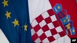 Quốc kỳ của Croatia treo cạnh cờ của EU trong thủ đô Zagreb, Croatia, 30/6/13