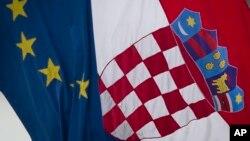 2013年6月30日克羅地亞國旗(右)和歐盟旗幟在首都薩格勒布飄揚。