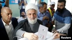 헤즈볼라 부 지도자 셰이크 나임 카셈이 6일 레바논 수도 베이루트의 투표소에서 의회 총선 투표를 하고 있다.