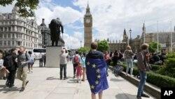 25일 영국 런던 의회 앞에서 국민투표 결과에 항의하는 EU 탈퇴 반대론자가 EU 깃발을 두르고 있다.