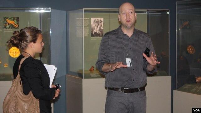 El curador Ranald Woodaman del Centro Latino del Smithsonian explica los detalles dela muestra que abarca piezas de arte ancestral desde 1.000 años A.C. hasta los años 1.500 D.C.