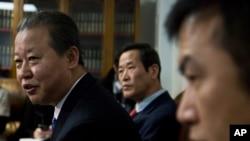 朝鲜常驻联合国代表张日勋(左)和其他朝鲜代表团领事官员举行记者会。(2015年2月16日)