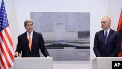 美国国务卿克里在他和阿尔巴尼亚总理在阿尔巴尼亚首都地拉那举行的记者会上讲话(2016年2月14日)