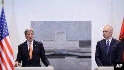 Ngoại trưởng John Kerry phát biểu tại một cuộc họp báo với Thủ tướng Albania Edi Rama tại thủ đô Tirana, ngày 14/2/2016.