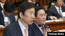 윤병세 한국 외교부 장관이 24일 국회에서 열린 해외자원개발 진상규명을 위한 국정조사특별위원회에서 의원들의 질의에 답하고 있다.