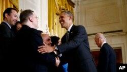 奥巴马10月24日在白宫发表讲话后,与支持移民改革的人士握手