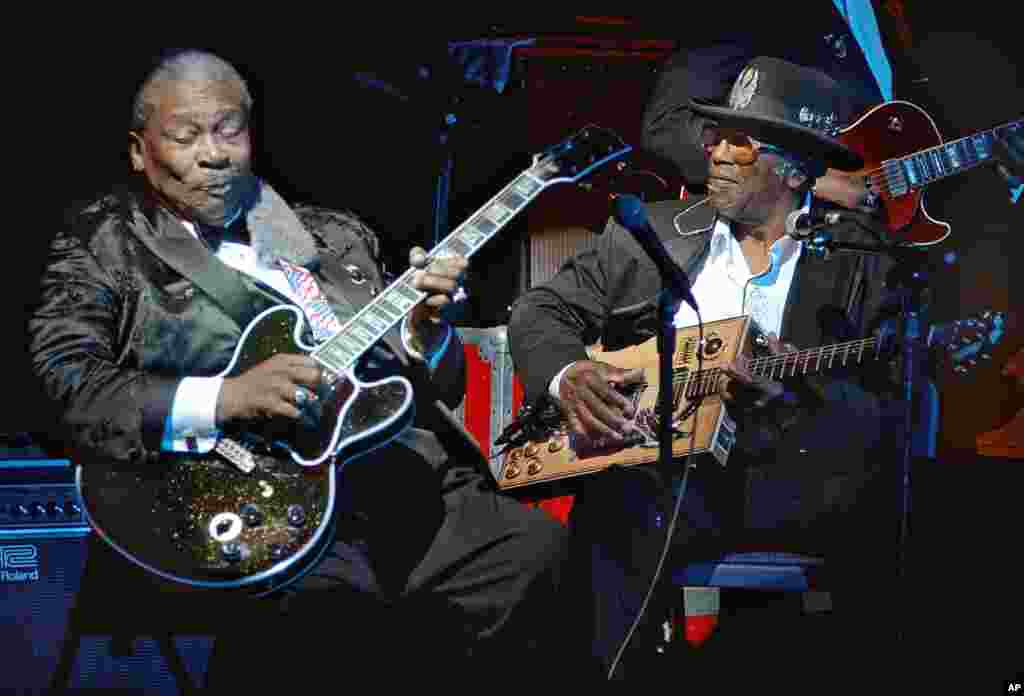 Blues legend B.B. King, left, performs with Bo Diddley at the second anniversary celebration of B.B. King's Blues Club and Grill in New York, June 20, 2002.