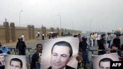 Перед будівлею суду в Каїрі зібралися прихильники колишнього президента Єгипту Госні Мубарака