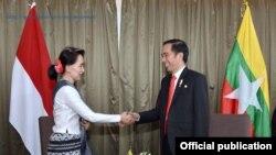 Tư liệu: Cố vấn Quốc gia Myanmar Aung San Suu Kyi và TT Indonesia Joko Widodo tại hội nghị thượng đỉnh ASEAN ở Manila, Philippines, 29/4/2017.