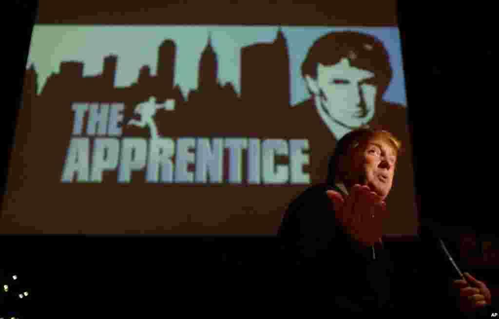 នៅក្នុងរូបថតកាលពីថ្ងៃទី០៩ ខែកក្កដា ឆ្នាំ១៩៩៤ លោក Donald Trump ដែលកំពុងស្វែងរកបេក្ខជនដើម្បីប្រកួតប្រជែងនៅក្នុងកម្មវិធីទូរទស្សន៍ «The Apprentice» ផ្តល់កិច្ចសម្ភាសន៍នៅ Universal Studios Hollywood ក្នុងក្រុង Los Angeles។