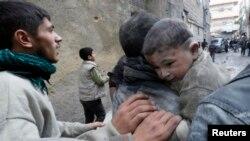 Giao tranh đã ác liệt đã bùng ra tại Syria từ gần 3 năm nay, 100.000 người đã thiệt mạng, 8 triệu rưỡi người thất tán hoặc phải đi sống lưu vong.