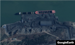 북한 대안항을 촬영한 지난 11월 위성사진. 곳곳에 쌓여 있는 석탄 더미들과 트럭들이 보이는 가운데 선박에는 석탄이 가득 실렸다. Maxar Technologies/Google Earth.