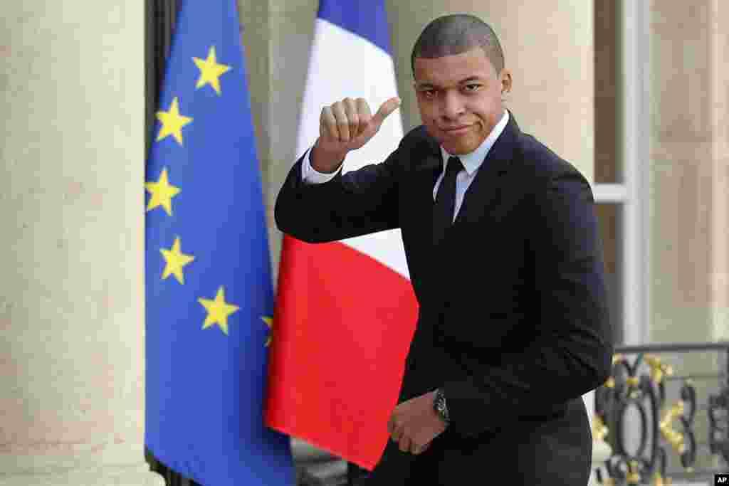 Le footballeur du Paris Saint-Germain, Kylian Mbappe, arrive à l'Elysée, à Paris pour une rencontre avec le président français Emmanuel Macron et le président du Liberia, George Weah, le 21 février 2018.