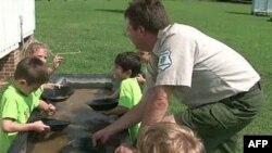 Ông Todd Bonshire, giám đốc khu công viên Monroe ở Virginia, chỉ cho trẻ em cách đãi vàng