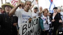 Aficionados de los Marlins protestan en las afueras del Marlins Park, donde Ozzie Guillen pedía disculpas en una rueda de prensa.