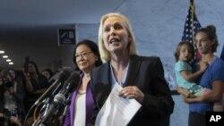Senadoras Kirsten Gillibrand y Mazie Hirono, D-Hawaii recibieron a compañeras de clases de Ford de la Escuela Holton-Arms como muestra de apoyo a su denuncia contra Kavanaugh