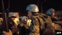Binh sĩ gìn giữ hòa bình Liên Hiệp Quốc từ Jordan tuần tra trên đường phố Abidjan, ngày 4/4/2011