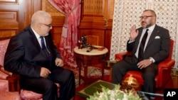 Le roi du Maroc Mohammed VI, à droite, s'entretient avec Abdelilah Benkirane, secrétaire général Parti de la justice et du développement, à Casablanca, Maroc, le 10 octobre 2016.