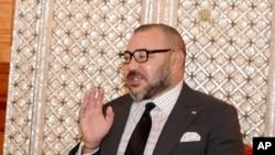 Le roi du Maroc Mohammed VI à droite, parle avec le chef du gouvernement Abdelilah Benkirane à Casablanca, Maroc, le 10 octobre 2016