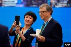 微软创始人比尔·盖茨2018年11月5日在上海举行的首届中国国际进口博览会开幕式前同与会者合影。