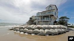 Vreće sa peskom ispred kuća u Severnoj Karolini