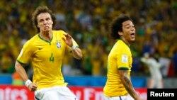 Pencetak gol Brazil David Luiz (kiri) merayakan gol kedua timnya bersama Marcelo dalam pertandingan melawan Kolombia di Fortaleza (4/7).