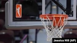 Logo Liga Basket Putri AS (WNBA) dan ring basket di Mohegan Sun Arena, Uncasville, Connecticut, 14 Mei 2019. (Foto: Jessica Hill/AP)