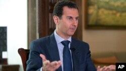 시리아 대통령궁이 공개한 21일 바샤르 알아사드 대통령의 AP통신 인터뷰 장면.