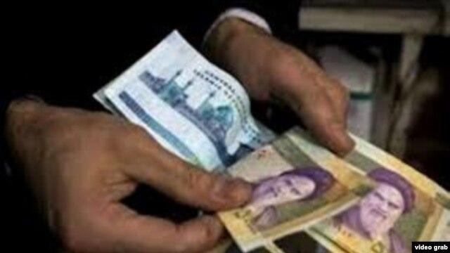 Nilai tukar mata uang Iran terhadap dolar Amerika anjlok hingga 17 persen, Senin (1/10).