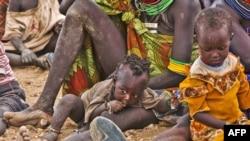 Phụ nữ và trẻ em chờ đợi để nhận lương thực cứu trợ gần trại tỵ nạn Kakuma, phía tây bắc thủ đô Nairobi của Kenya, ngày 8/8/2011