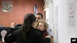 Ahed Tamimi (16 tahun) dikawal ketat di sebuah pengadilan militer dekat Yerusalem, Rabu, 20 Desember 2017. (Foto: dok).