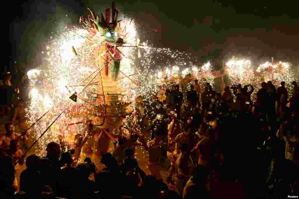 اجرای رقص اژدها در جشنواره فانوس چین