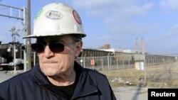 La historia de Joe Soptic, aquí frente a la planta acerera GST Steel, se cuenta en un anuncio político de televisión en contra de Mitt Romney.