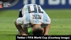 L'Argentin Lionel Messi, s'est replié sur le terrain après l'élimination de son pays par la France en 8e de finale du Mondial, 3-4, en Russie, 30 juin 2018. (Twitter/Fifa coupe du monde)