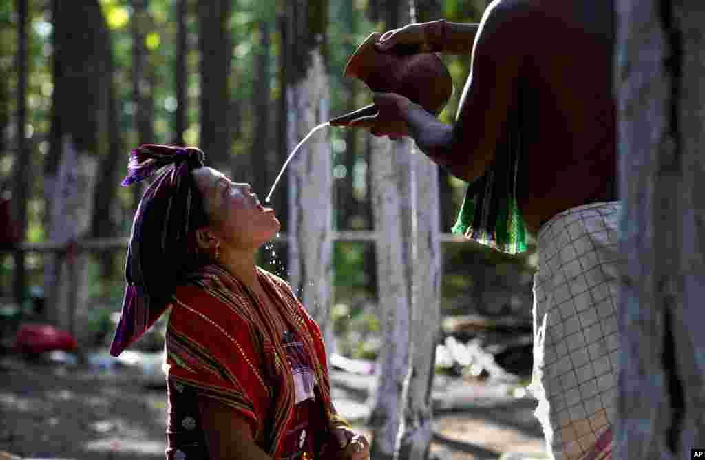 تہوار کے دوران چھتوں پر چاول چھڑکے جاتے ہیں اور قبیلے کے لوگوں کو چاولوں سے بنی شراب پلائی جاتی ہے۔