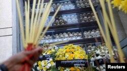 រូបឯកសារ៖ បុរសម្នាក់អុជធូបបួងសួងនៅមជ្ឈមណ្ឌលប្រល័យពូជសាសន៍ជើងឯក ក្នុងទិវាជាតិនៃការចងចាំរបបប្រល័យពូជសាសន៍ខ្មែរក្រហម រាជធានីភ្នំពេញ ថ្ងៃទី២០ ខែឧសភា ឆ្នាំ២០១៩។ (REUTERS/Samrang Pring)