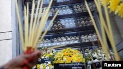 បុរសម្នាក់អុជធូបបួងសួងនៅមជ្ឈមណ្ឌលប្រល័យពូជសាសន៍ជើងឯក ក្នុងទិវាជាតិនៃការចងចាំរបបប្រល័យពូជសាសន៍ខ្មែរក្រហម រាជធានីភ្នំពេញ ថ្ងៃទី២០ ខែឧសភា ឆ្នាំ២០១៩។ (REUTERS/Samrang Pring)
