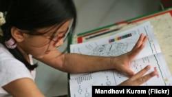 一名印度女小学生做数学作业 - 资料照