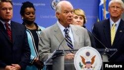 Бен Кардин, председатель Хельсинкской комиссии Конгресса США, и Роджер Уикер (справа)