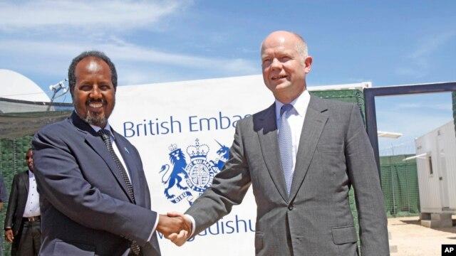 Le Secrétaire au Foreign Office, William Hague (à droite) serrant la main du président somalien, Hassan Sheikh Mohamud, à l'ouverture de l'ambassade britannique nouvellement construite dans la capitale somalienne Mogadiscio, le 25 avril 2013.