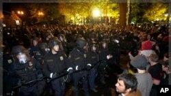 Η αστυνομία απομάκρυνε διαδηλωτές του κινήματος «Κατάληψη στη Wall Street» από κεντρικό πάρκο στο Πόρτλαντ.