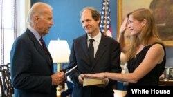 ທ່ານ Joe Biden ຮອງປະທານາທິບໍດີສະຫະລັດ ທໍາພິທີສາບານຕົວໃຫ້ແກ່ທ່ານນາງ Samantha Power ເຂົ້າຮັບຕຳແໜ່ງເປັນເອກອັກຄະລັດຖະທູດສະຫະລັດຄົນໃໝ່ປະຈໍາ ອົງການສະຫະປະຊາຊາດ ທີ່ທໍານຽບຂາວ.