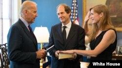 Power Biden'ın huzurunda yemin ederken