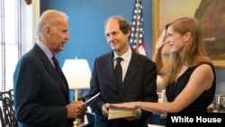 Wakil Presiden Amerika Joe Biden melantik Samantha Power sebagai Duta Besar baru Amerika untuk PBB, Jumat (2/8, di Gedung Putih.