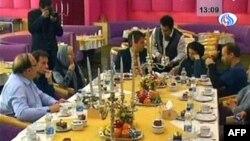 Thân nhân của 2 ký giả đến thăm họ trong thành phố Tabriz của Iran hôm 28 tháng 12, 2010