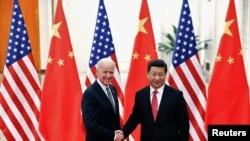 Le président chinois Xi Jinping serre la main du vice-président américain Joe Biden (à gauche) à l'intérieur du Grand Palais du Peuple à Pékin, le 4 décembre 2013. (Photo Reuters/Lintao Zhang)