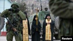 نیایش راهبان ارتدوکس در کنار نظامیان مسلح و خودروهای ارتش روسیه در شبه جزیره کریمه - دوم مارس