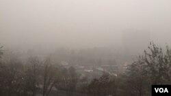 2015年12月1日11时许,北京朝阳门至建国门路段天色晦暗。(美国之音叶兵拍摄)